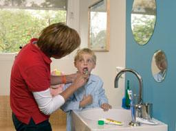 moeder poetst kind extra fluoride