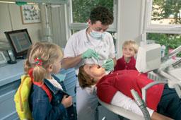 tandarts bekijkt moeder